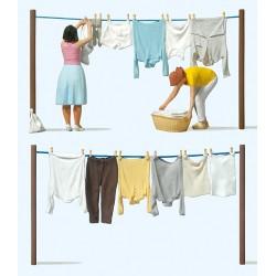 G Frauen beim Wäsche aufhängen_54397