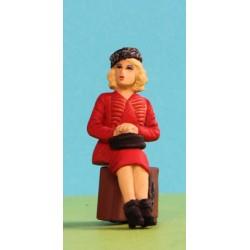 2301-A82 Dame sitzend mit Hut und Tasche_6313